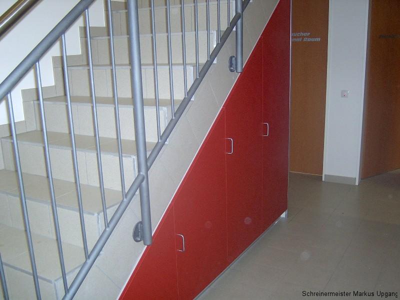 Einbauschrank Unter Der Treppe : Einbauschrank in rot unter der Treppe